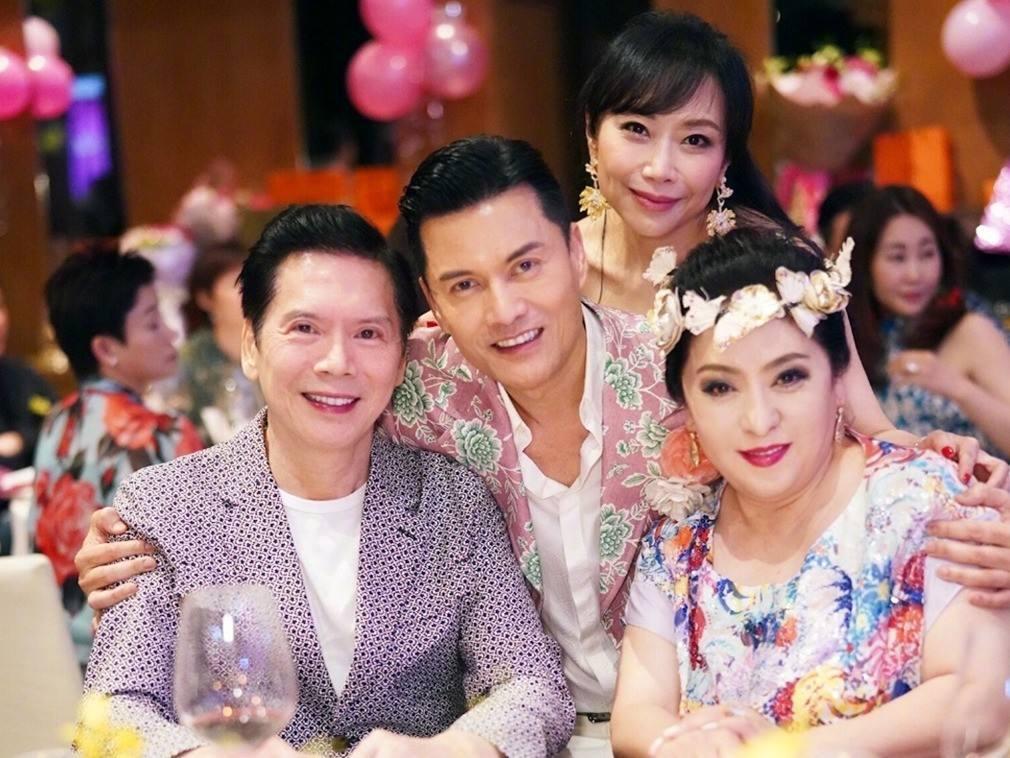 向佐求婚成功,郭碧婷手上的钻戒十分吸睛,双方父母见证求婚过程