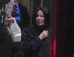 王菲未修图照片不忍直视,裹着黑大衣出门,现在也不挑剔了!