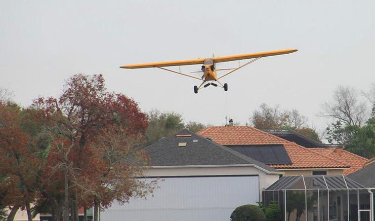 世界上最豪的小镇,马路上停满了飞机,人们每天开着飞机去工作