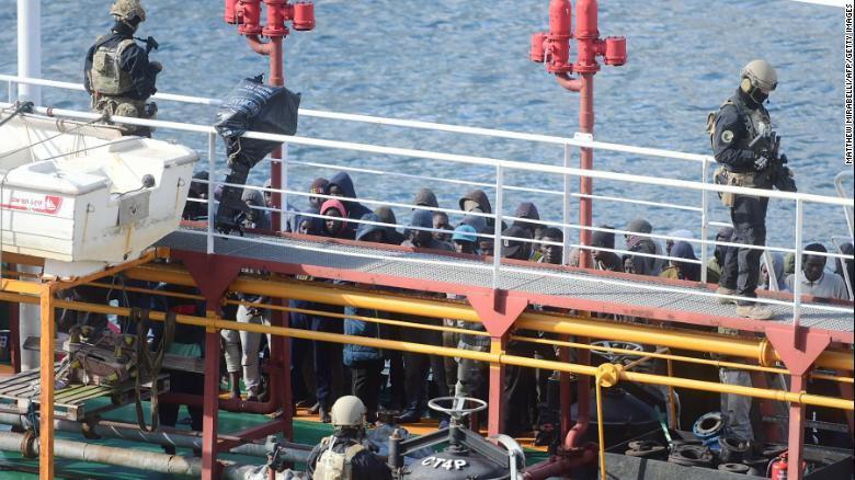 油輪救起移民卻反遭劫持 海軍果斷出手登船奪回