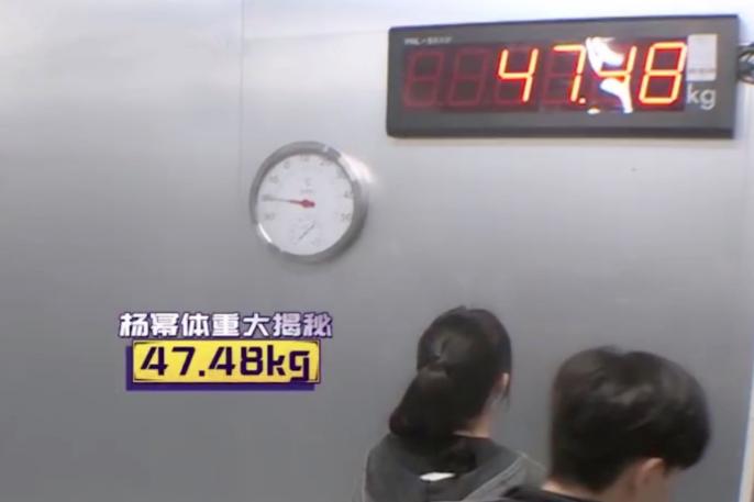 原来杨幂真实体重94斤,只比姐妹唐嫣胖一点,身材却是天差地别