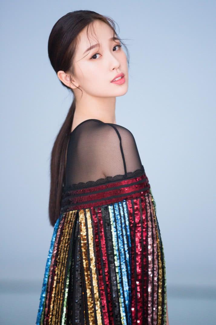 虞书欣穿这裙子太没有安全感了,竟是用彩带打造出来的?真怕风吹