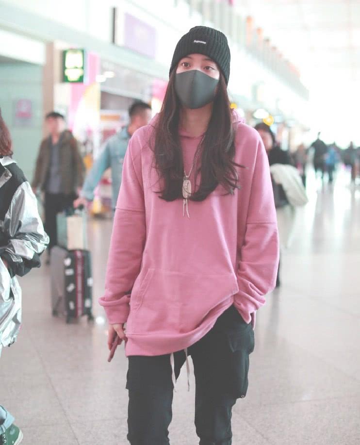 欧阳娜娜随便一搭就很时尚,粉色卫衣配黑色皮靴,穿上又酷又美