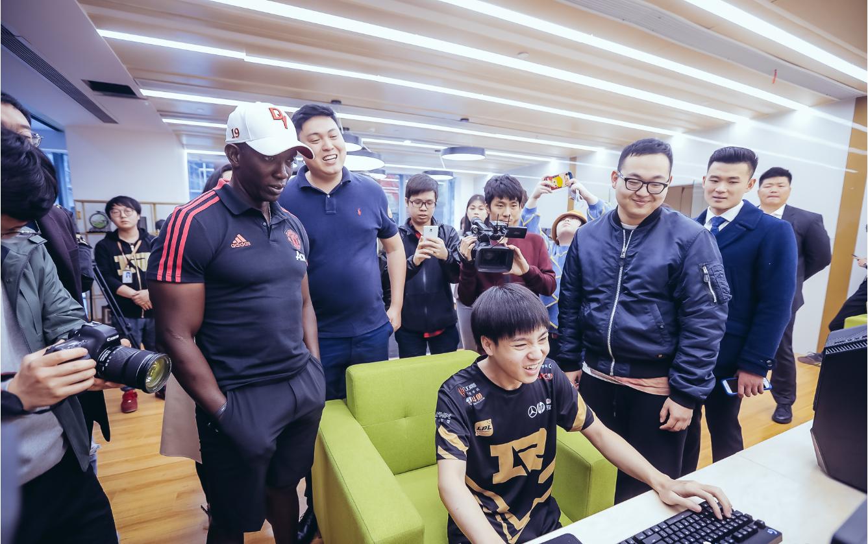 """原创             英超""""三冠王""""光临RNG上海基地!约克还亲自教Letme踢球!"""