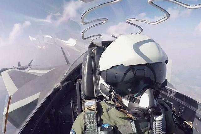 黑胶带缠头盔 歼15飞行员的头盔到底怎么了