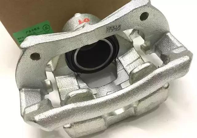 该情况可能是因为刹车助力系统真空储气罐里的单向阀出现损坏.图片