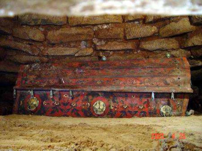 专家发现辽代女性墓,伸手去揭墓主人身上衣服,差点酿成大祸