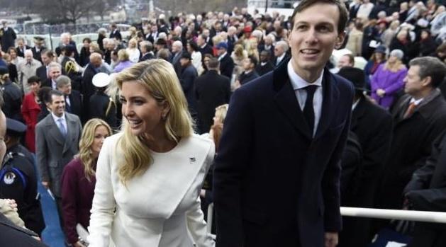 伊万卡三个孩子,在她裙摆下玩捉迷藏,网友:谁赢了?