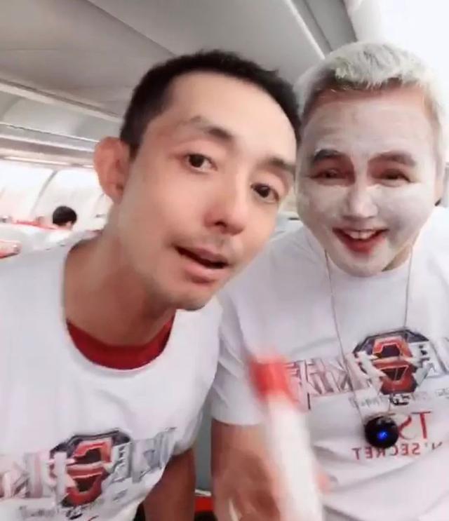 张庭夫妇包机带员工国外游玩,他们在飞机上还敷面膜喊口号宣传