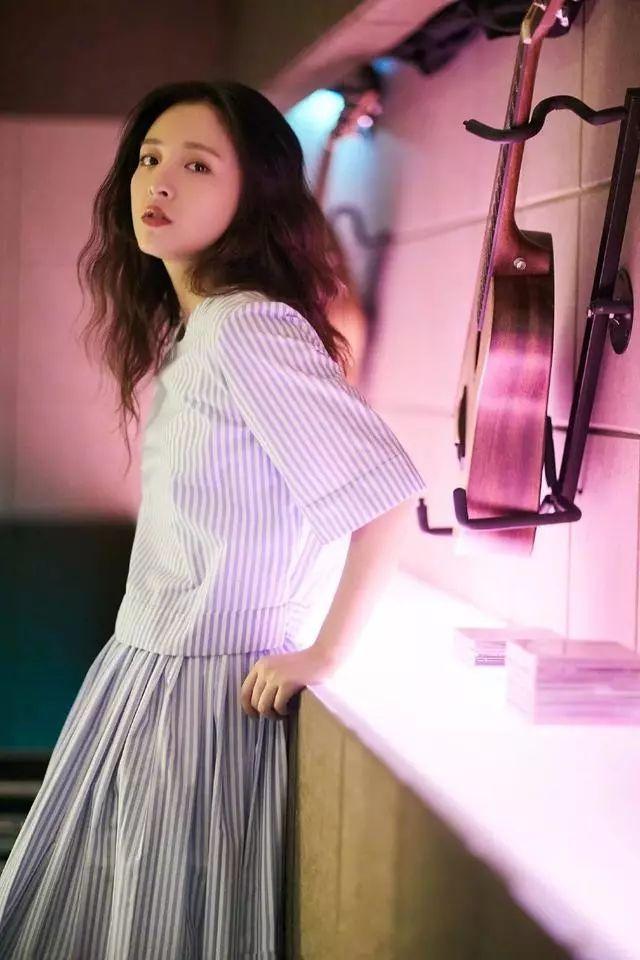 """""""武大校花""""吴倩,条纹短袖配半裙,网友:终于get到她的美!"""