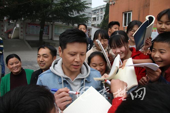 凉水河镇:影视明星潘泰名在学校进行励志演讲