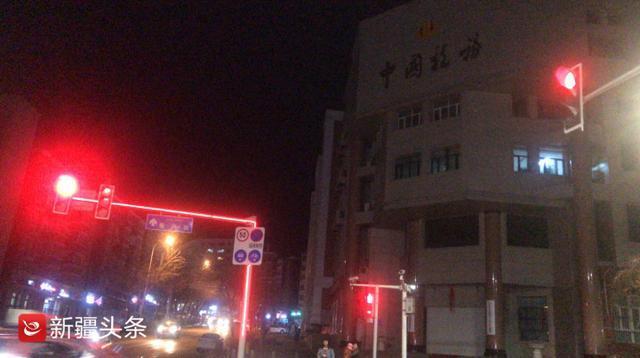 乌鲁木齐这个路口有个新型红绿灯灯带醒目还美观