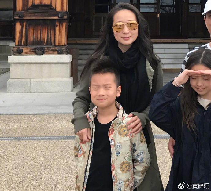 黄健翔晒一家人合影,儿子很像他,女儿乖巧,前妻独自抚养大女儿