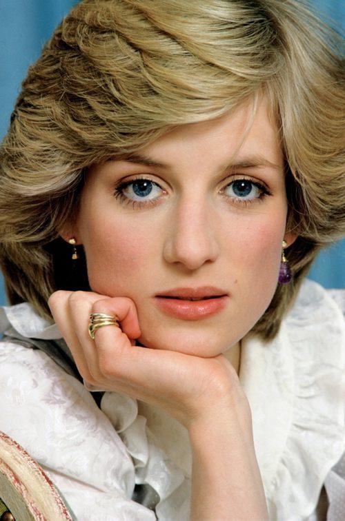 20岁那年,戴安娜王妃订婚,挽着她的查尔斯王子一直看着卡米拉