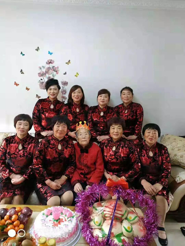 88岁老太成网红!8个女儿齐穿红衣给她过生日!这视频太暖...
