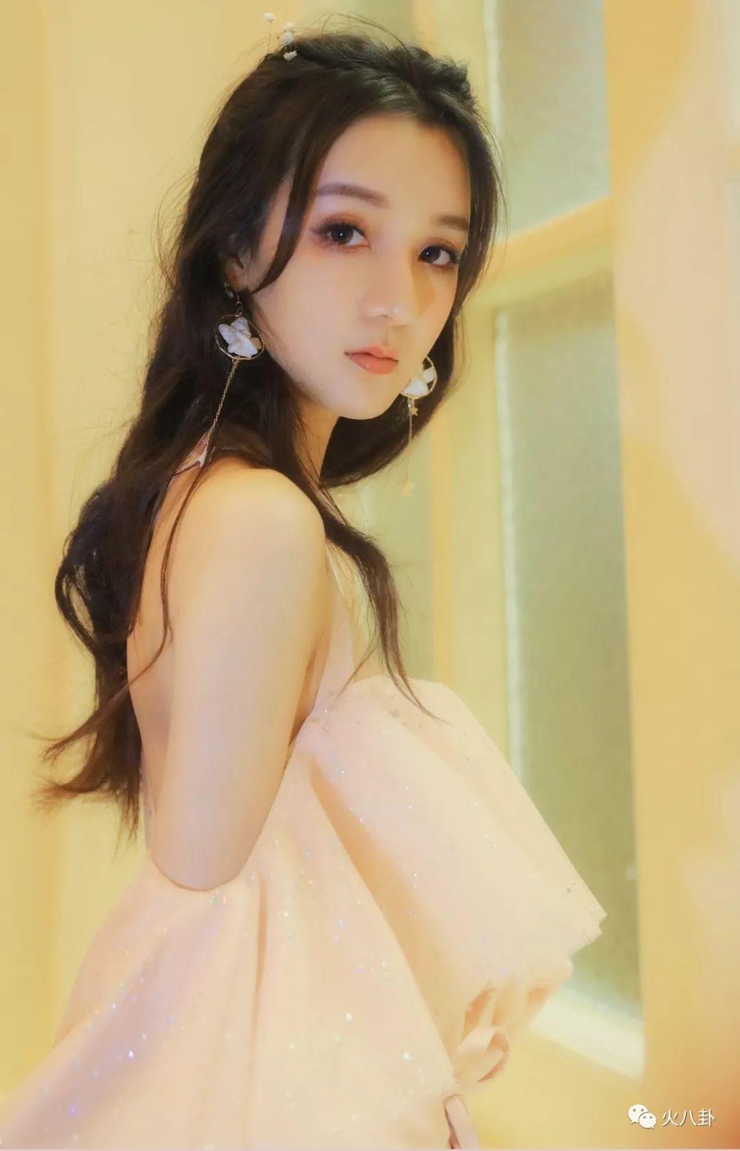 新晋小花景瓷亮相中国国际时装周,清纯灵动展现粉红少女心!