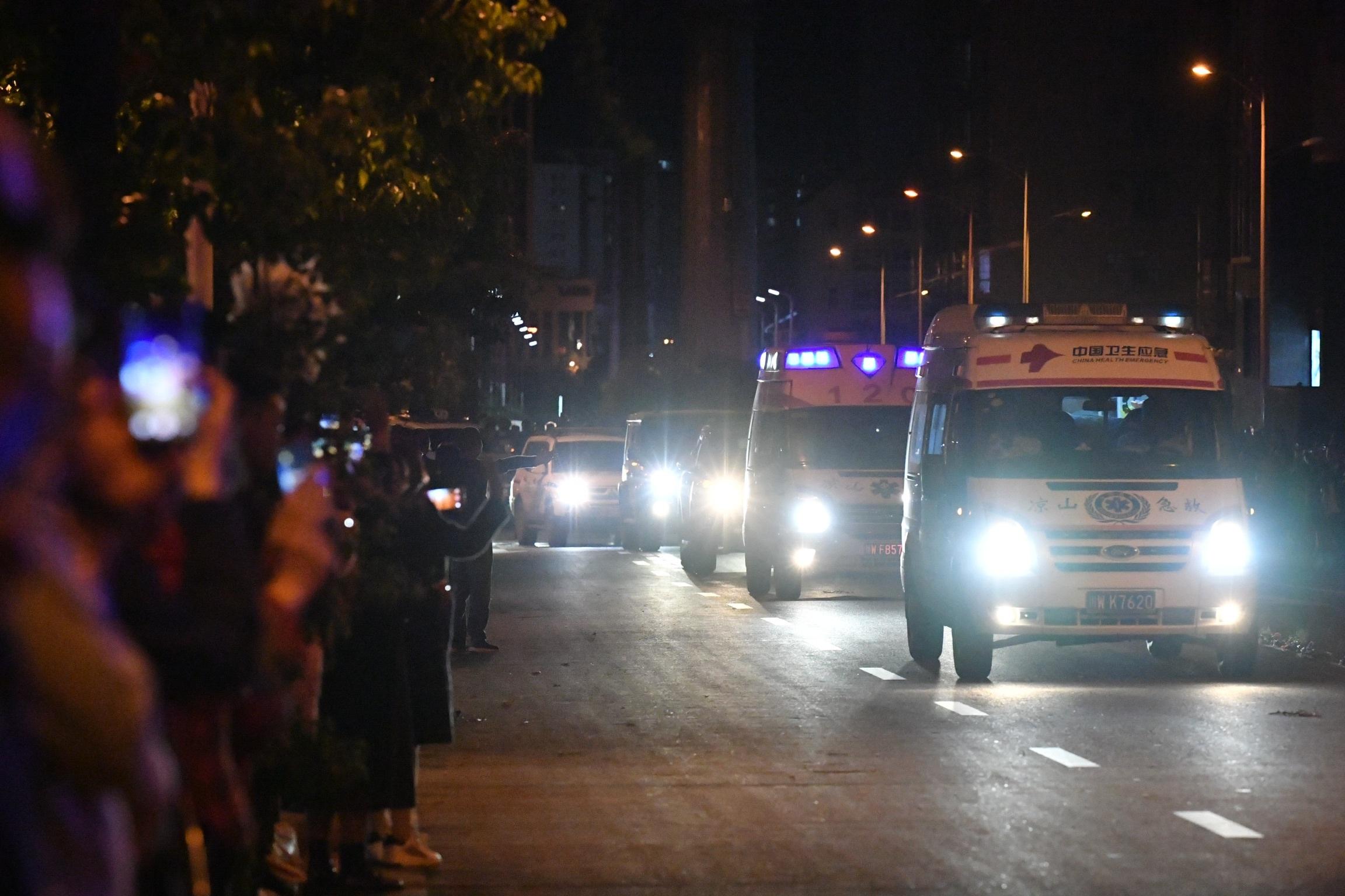 泪迎英雄 凉山森林火灾6名遇难消防队员遗体运抵西昌