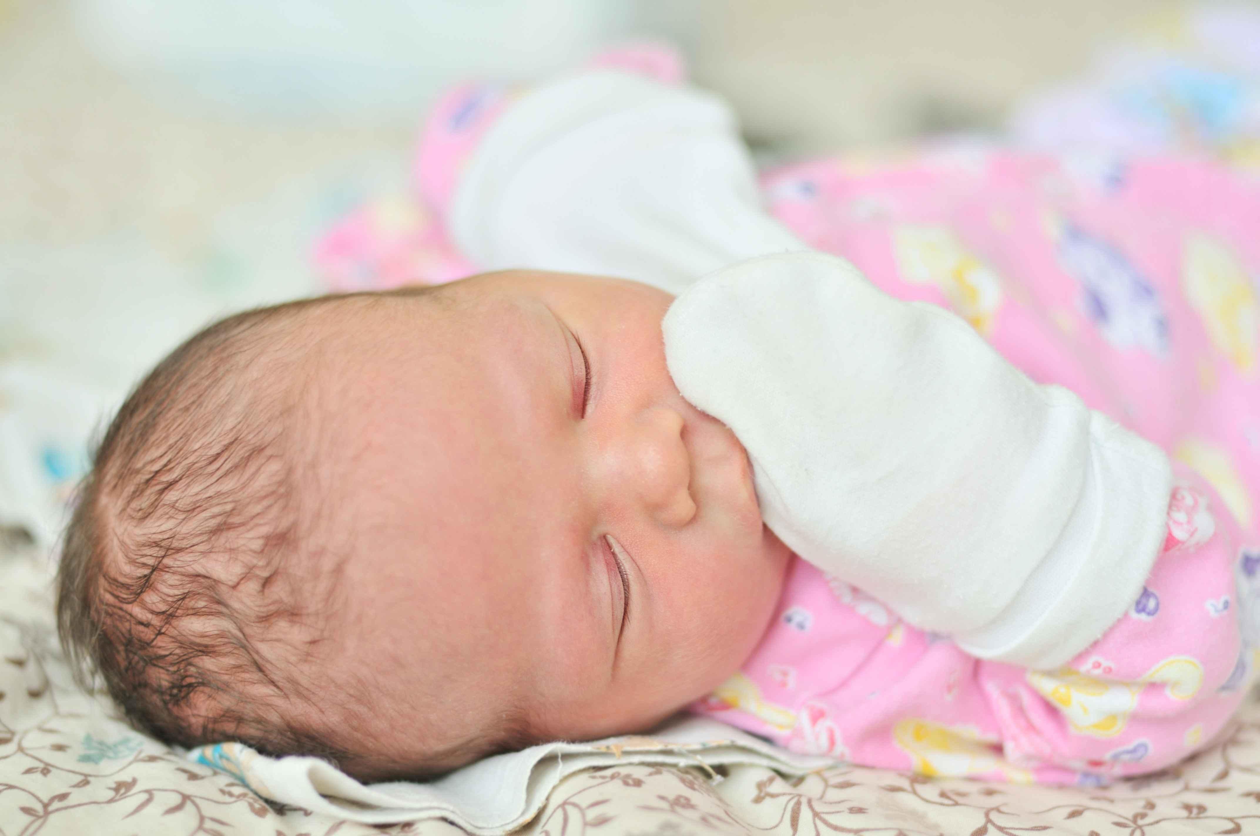宝宝容易睡偏头,头型变歪?别急,这2个方法帮孩子轻松矫正!