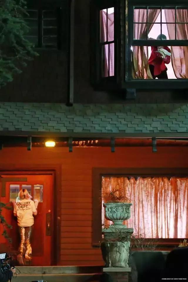 《猛禽小队》曝片场照,哈莉被小丑赶出家门,小丑发文暗示去留?