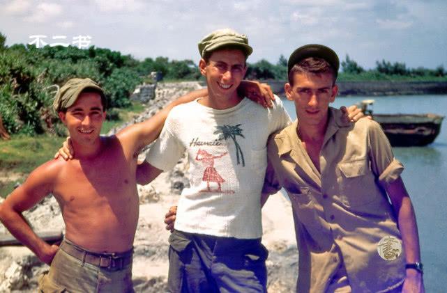 美军士兵私人相册中的冲绳岛战役彩照 在镜头前展示俘获的日章旗