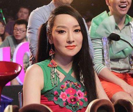明星唱歌的天價麥克風,韓紅手里的60萬,薩頂頂的非常高級