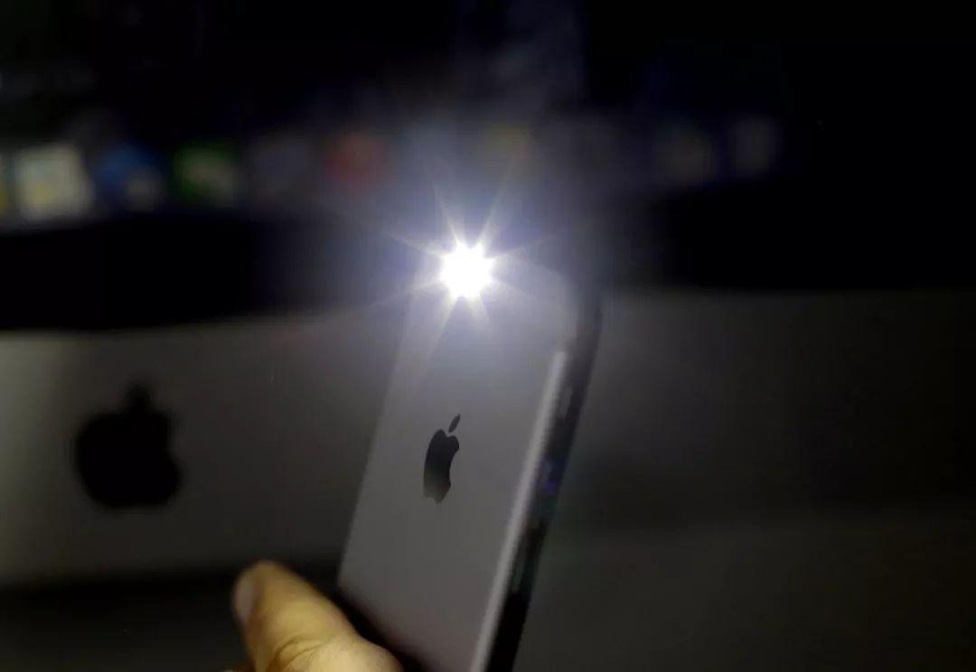 iPhone 闪光灯还能这么用,666