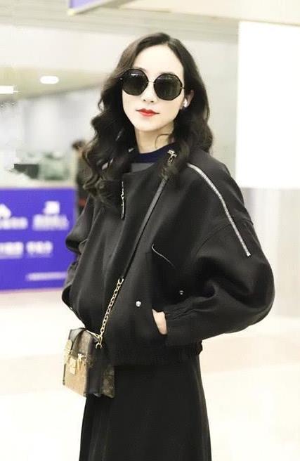 韩雪从秀场回来,穿黑色夹克配长裙,一身酷黑搭配好似还在秀场!