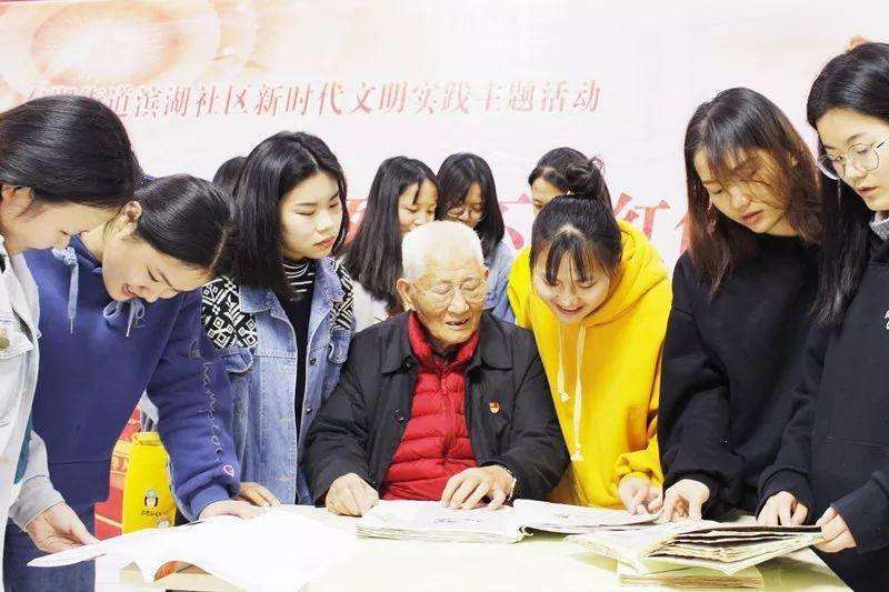 """【五老风尚】长沙老党员捐""""英烈纪念册"""" 传红色基因共铸中国魂"""