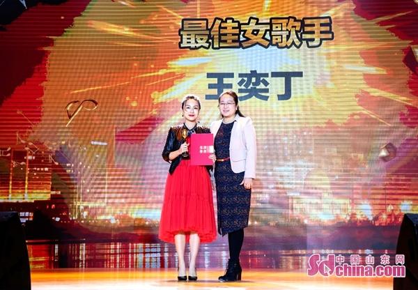 力上加力王奕丁出席十大金曲颁奖盛典 一人狂揽三大奖项