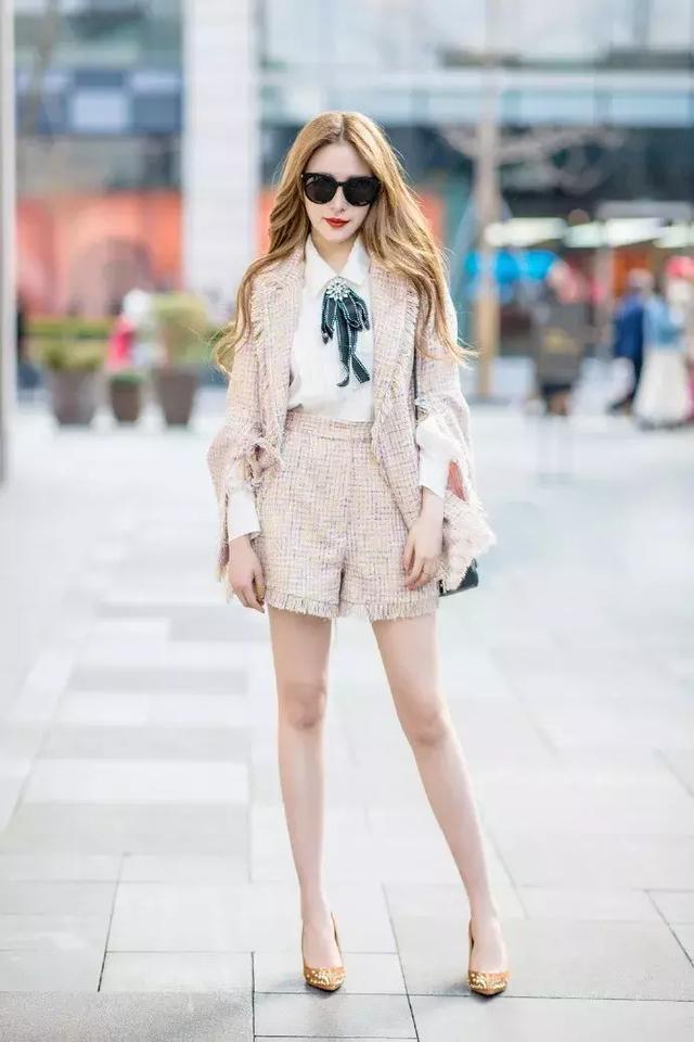 美女蓝色高跟鞋踩蛋_美女穿上高跟鞋,显得时尚又迷人_姿态