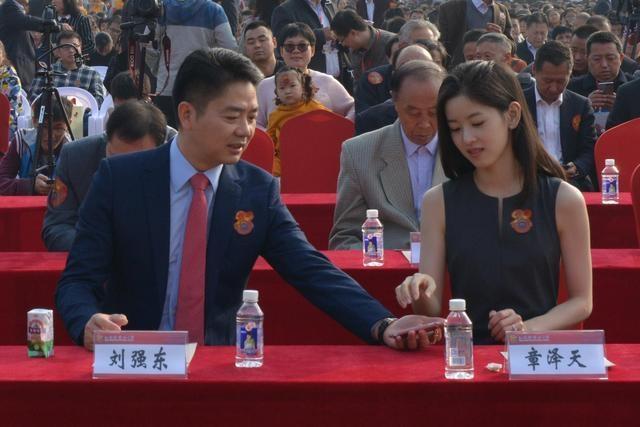 奶茶妹妹离开刘强东公司,原因竟出在名字上?两人夫妻感情成谜!