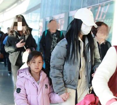 李小璐带甜馨现身机场,甜馨一个动作惹人心疼!