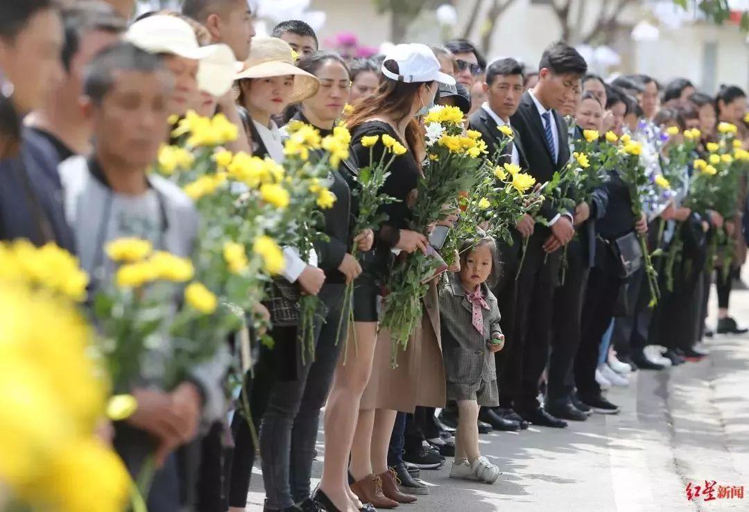 这,或许是西昌人经历的最悲伤的清明 今天,我们在月城的春天里,送别他们 英雄