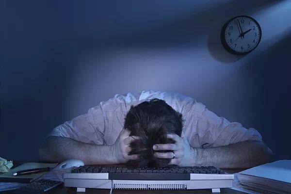 致深夜崩溃的年轻人:承认负面情绪