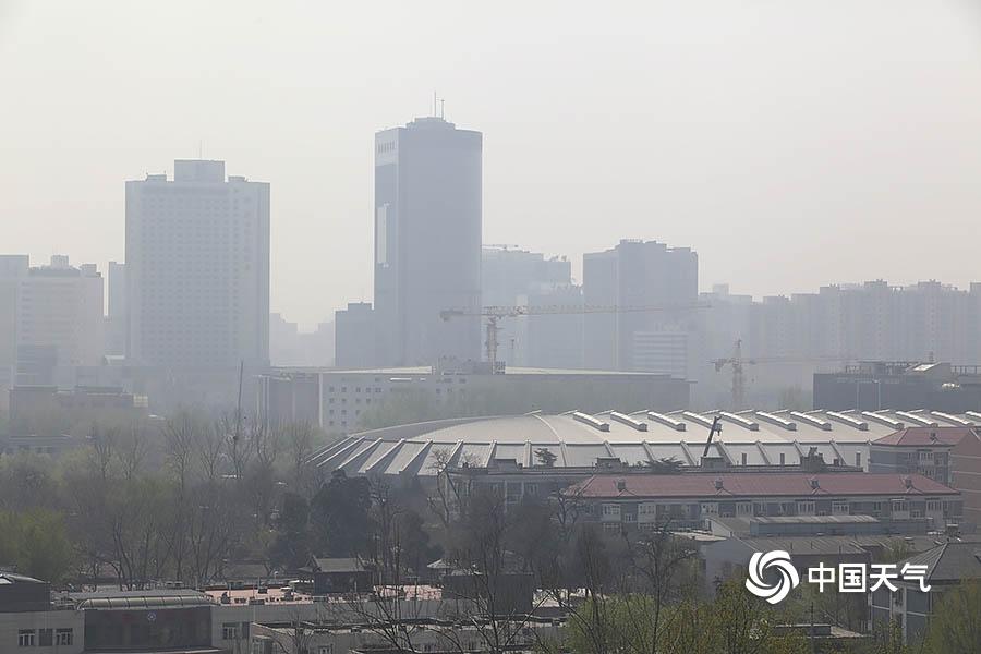 出门戴口罩!北京大风和森林火险预警齐发 局地现扬沙
