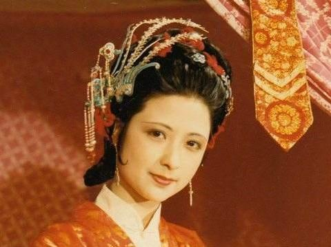 尤二姐羡慕姐姐尤氏的风光,羡慕贾府的富贵尊荣,是一个爱慕虚荣的人。