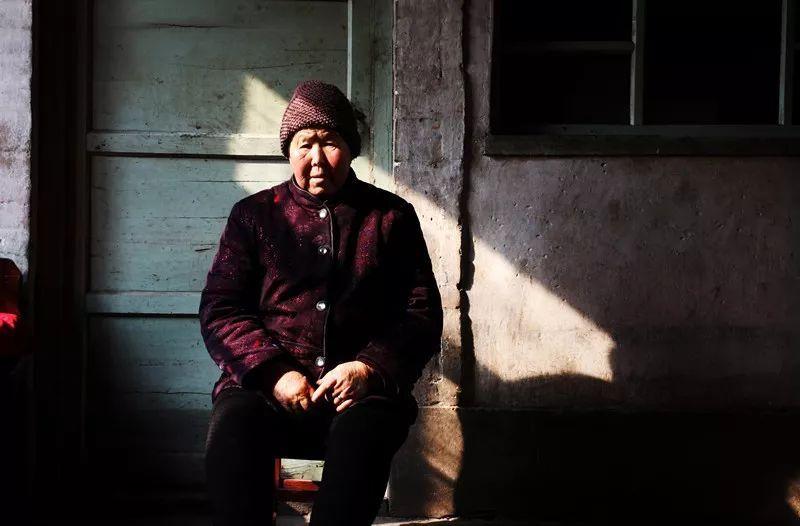 中国老人真实写照:穷养自己,富养儿孙
