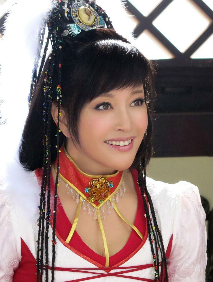 刘晓庆真的老了,穿印花裙佩戴大块珠宝,打扮再华丽看着也像64岁
