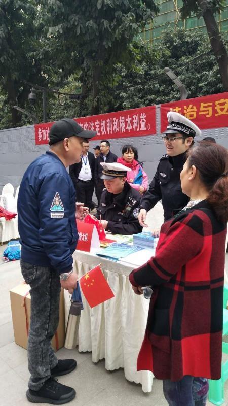 哪些行为违反交规?渝中区交巡警与市民面对面交流