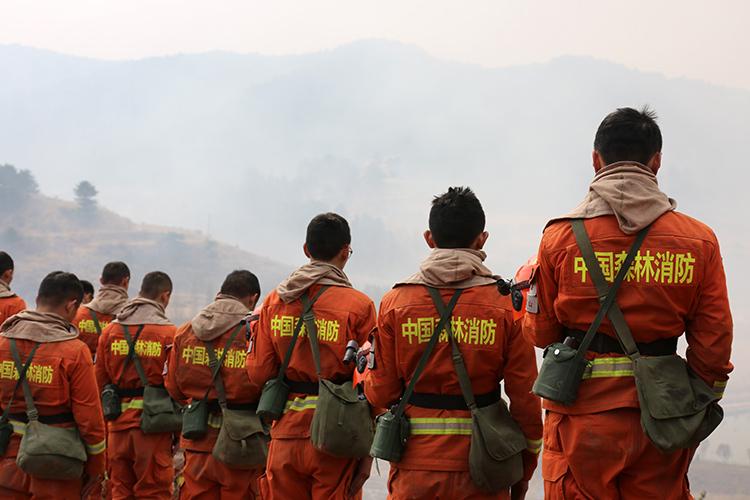 远眺默哀 山西沁源火场森林消防员送别凉山战友
