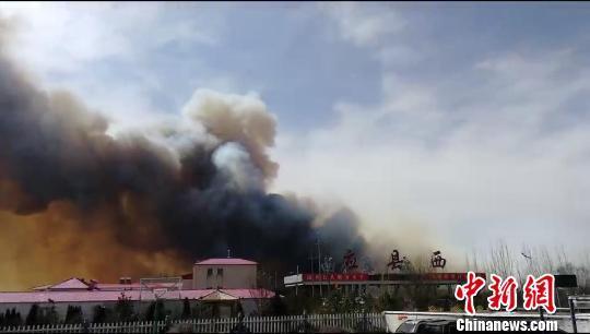山西金沙滩林场起火 明火烧到高速收费站旁