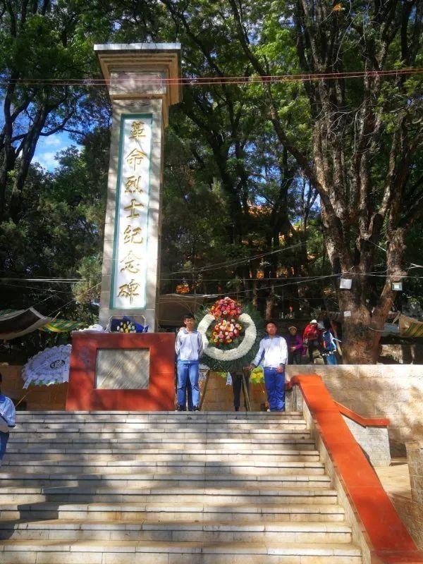 泸西二中组织学生到烈士陵园扫墓