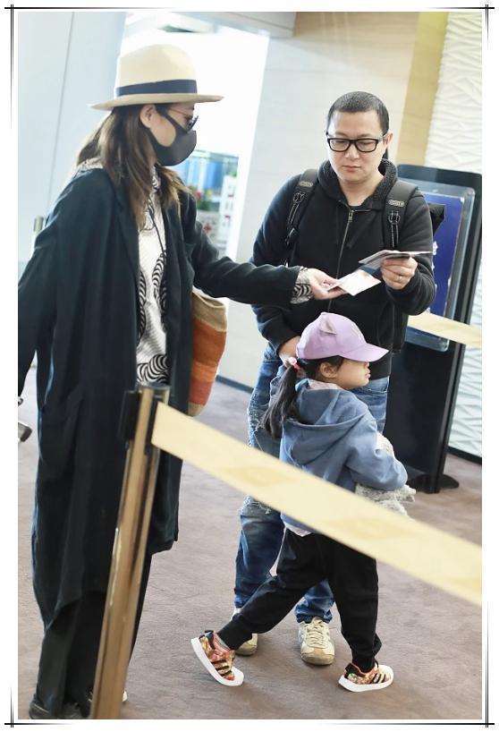 梅婷低调走机场,长款风衣搭黑白印花衫,墨镜遮面好气质却挡不住