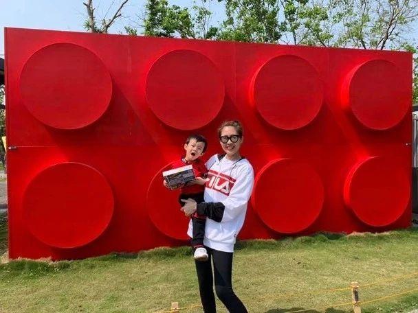 """飞台湾享受亲子乐!TVB""""索腿天后""""带两岁儿子亲亲大自然"""