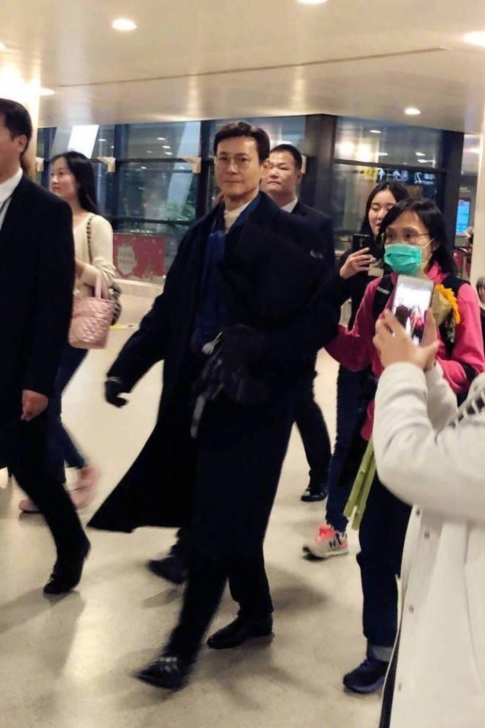 72岁的郑少秋风度翩翩,65岁的赵雅芝优雅温柔,37岁的她独自美丽