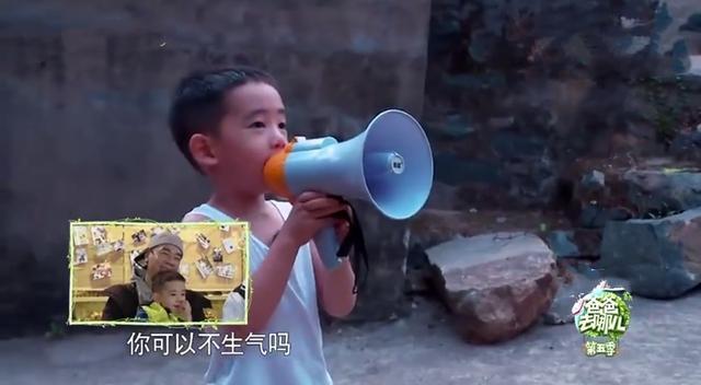 应采儿奖励儿子吃薯条汉堡,小甜椒一脸享受,表情搞怪!