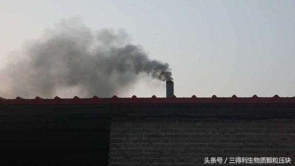 生物质锅炉燃废木片冒黑烟怎么办?生物质木片燃烧机解难题
