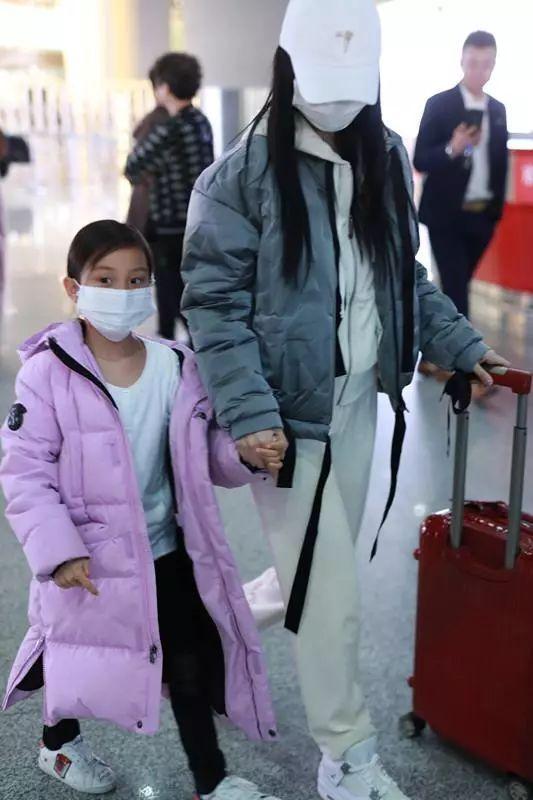 李小璐的闹剧由甜馨买单?母子俩现身机场遭围观,甜馨口罩遮脸惹人心疼!