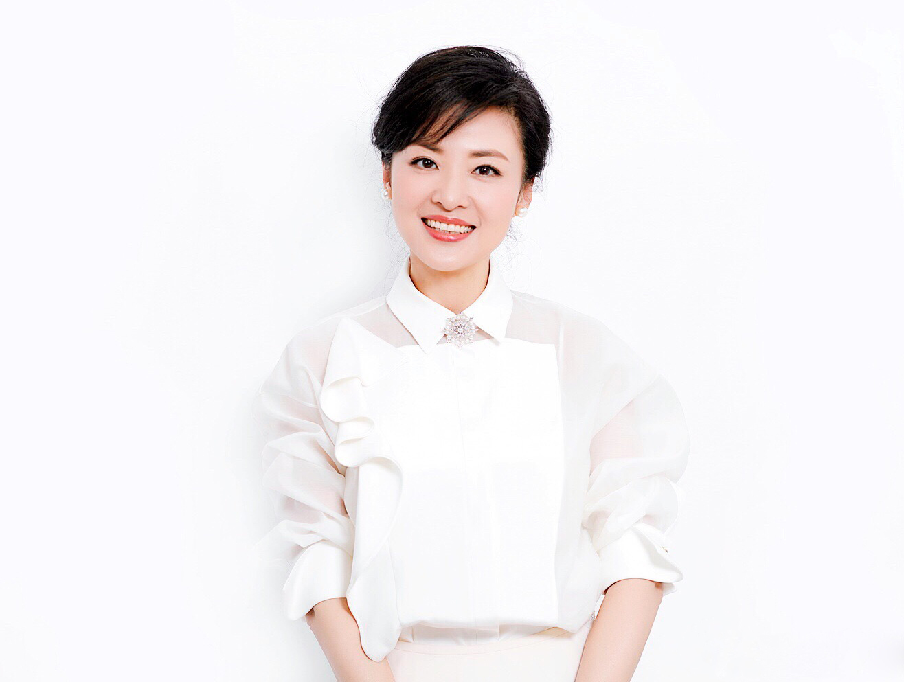 周涛白西装造型真优雅搭配同色衬衫也不单调51岁风采不减当年