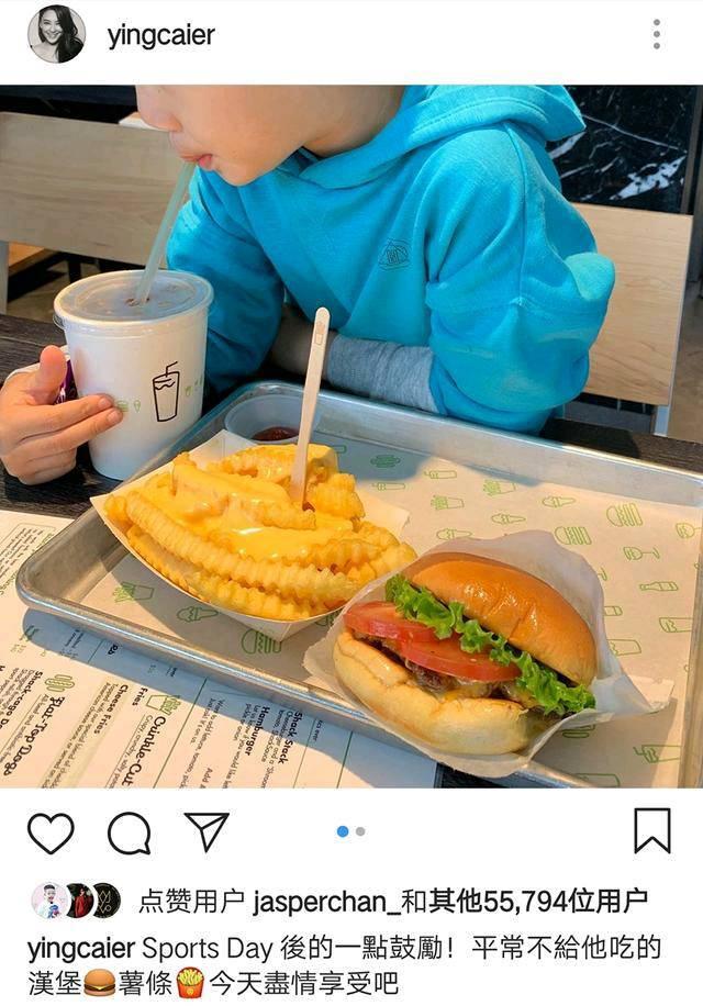<b>应采儿为了奖励自己的儿子,带他去吃汉堡薯条,小孩子一脸享受</b>